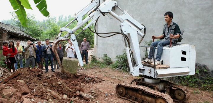 Sichuan farmer saves thousands of RMB transforming old scraps into excavator