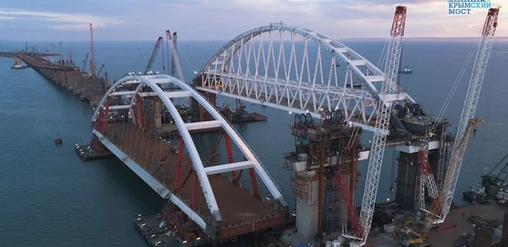 Russian engineers prepare to lift 2nd colossal Crimea Bridge arch (VIDEOS)