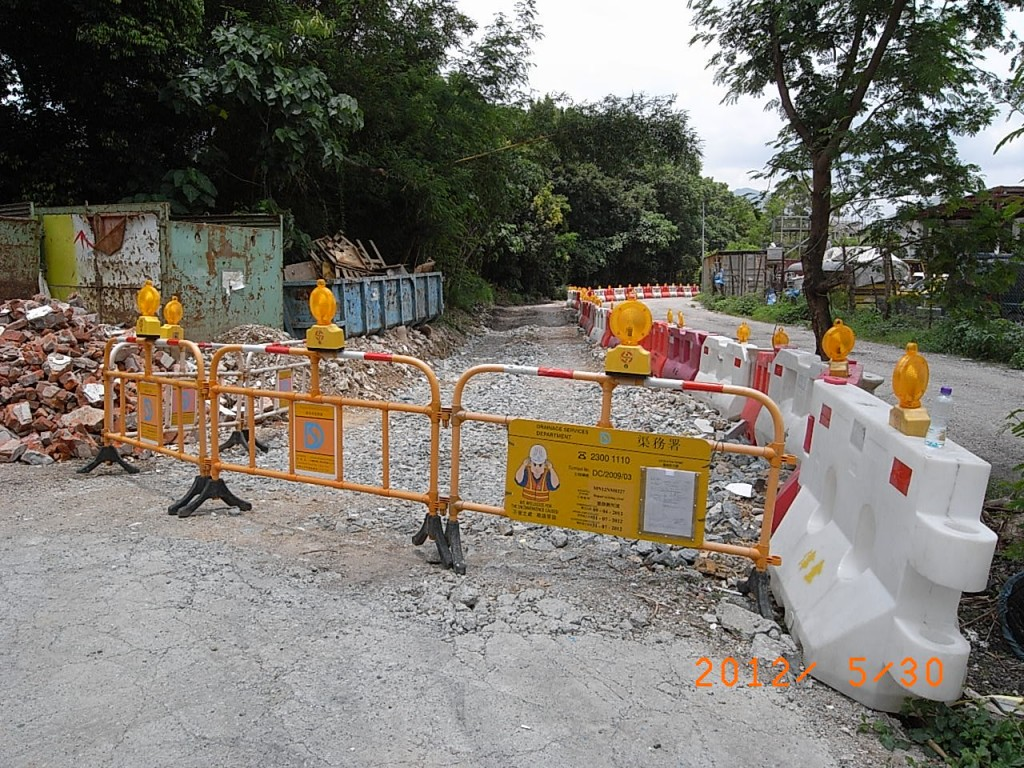 View of the illegal access road connecting to Kam Tsin Road nearby, the illegal road having been fenced off by DSD's term contractor. The works order has been posted on the barrier. Photo taken on 30 May 2012 (Danny Chung)