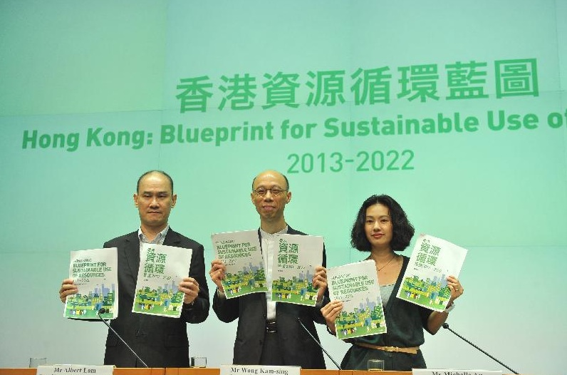 Secretary for Environment Wong Kam-sing (centre) wants to reduce per capita disposal rate of municipal solid waste by 40 percent to 0.8 kilograms per day  by 2022. (HKSAR Government)
