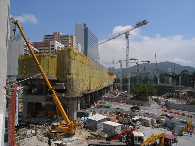 Employers such as the MTR Corporation and the Airport Authority Hong Kong are more reasonable in their use of performance bonds according to one company boss at a listed contractor  (Danny Chung)