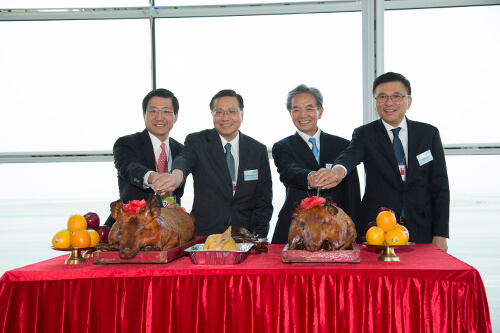Mr So, Professor Cheung, Professor Chan and Mr Lam officiate the pig-cutting ceremony.